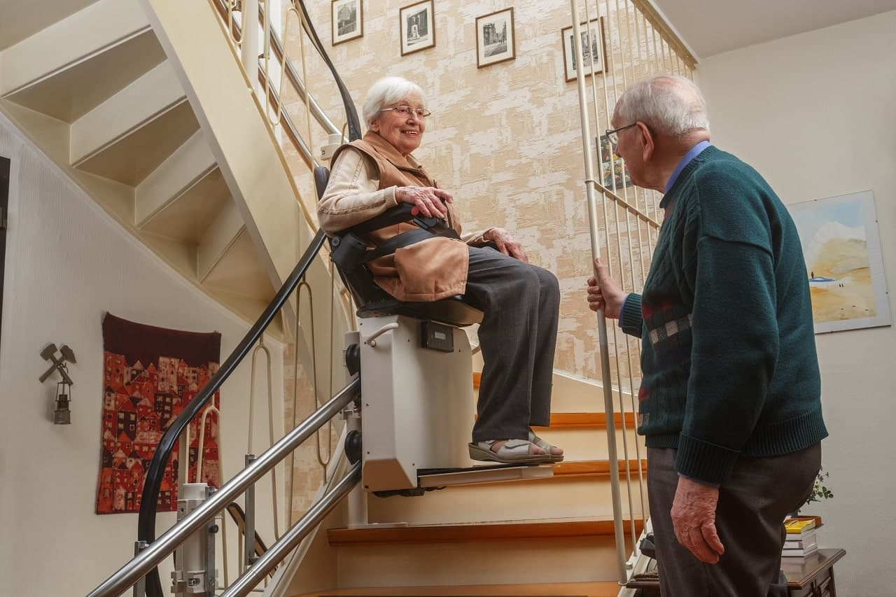 Treppenlifte Kosten Senioren alte Leute - altes Ehepaar