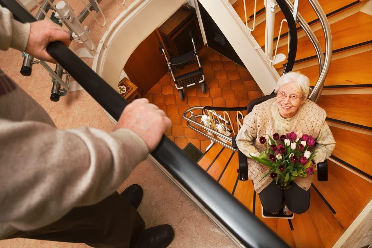 Treppenlifte Kosten Treppe mit Kurve altes Ehepaar Dame