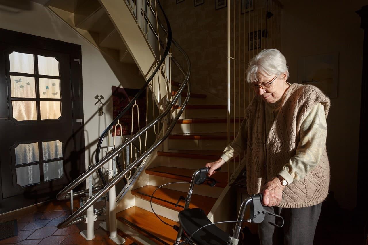 Treppenlifte Kosten - Treppenlift Rollator ältere Dame